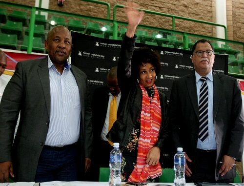 People getting there title dead's to there homes in Uitenhage, Bicks Ndoni, Lindiwe Sisulu and Danny Jordaan. Picture: FREDLIN ADRIAAN